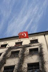 Tuerkische Fahne in Berlin Kreuzberg