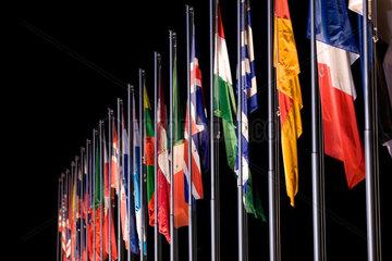 Flaggen bei Nacht
