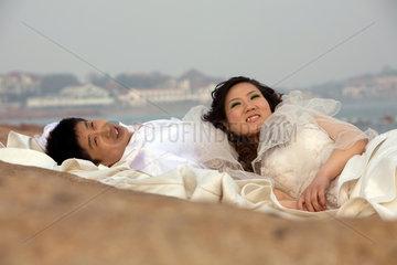 Qingdao  Brautpaar am Meer