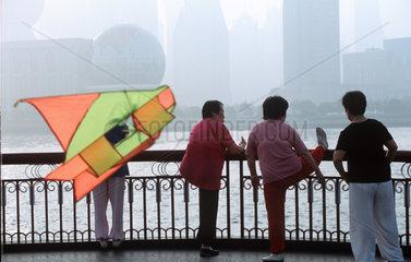 Shanghai  Fruehsport am Bund