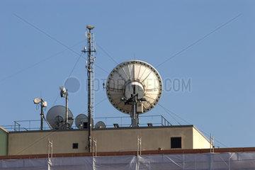 Funk- und Sendeanlagen und Satellitenschuesseln auf dem Dach des ARD Studios
