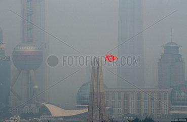 Shanghai  Pudong Skyline im Nebel