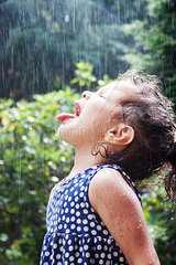 Maedchen schmeckt Regen