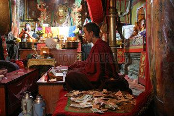 Buddhistischer Moench im Kloster Samye