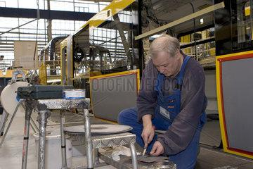 Aeltere Arbeitnehmer in der Produktion von Schienenfahrzeugen bei Bombardier