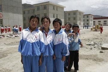 Tibetische Schule  Schueler auf dem Schulhof