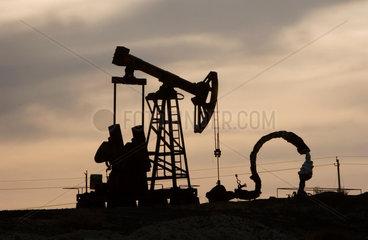 Oelfoerderung in der Wueste nahe Karamay   oil production plant
