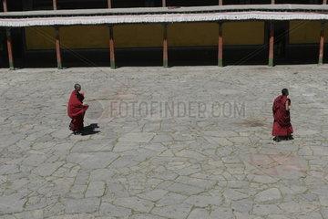 Lhasa  Kloster Mindroling  Moenche im Innenhof