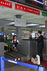 Abflugterminal im Flughafen Pudong in Shanghai