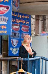 Strassenszene: Muslimin mit Kopftuch | female muslim with kerchief