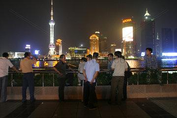 Shanghai  Touristen am Bund bei Nacht