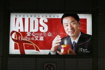 Plakat in der Pekinger Metro von einer HIV Aufklaerungskampagne.