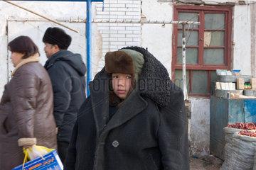 Kashgar  frierender Junge | Kashgar  boy be cold