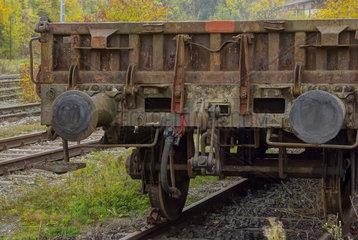 Alter Eisenbahnwaggon auf dem Abstellgleis.