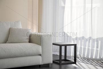 Thema Haushalt: Gardinen und Sofa