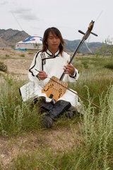 Mongolischer Musiker mit seinem Instrument | Mongolian musician