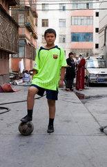 Strassenszene: Junge mit Fussball | boy with football