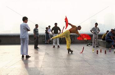 Shanghai  Akrobatik am Bund