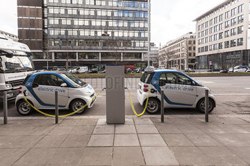 *CAR2GO* Elektroauto *SMART electric drive* an der Ladestelle