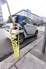 *CAR2GO* Elektroauto *SMART electric drive* an der Ladestelle
