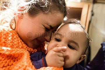 Junge Frau und Baby