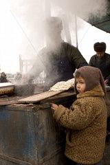 Kuqa (Kuche)  kleiner Junge neben Backofen | Kuqa (Kuche)  little boy beside oven