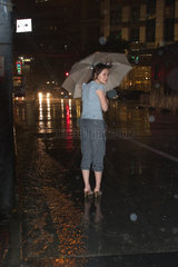 Shanghai  Menschen im Regen