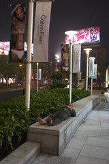 Shanghai  Obdachloser vor dem Plaza 66