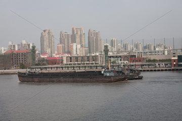 Shanghai  Blick ueber den Huangpu.