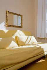 Haushalt: Wohnzimmereinrichtung mit Stoffsofa
