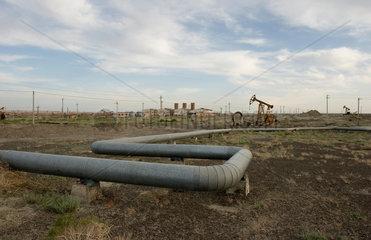 Oelfoerderung in der Wueste nahe Karamay | oil production plant