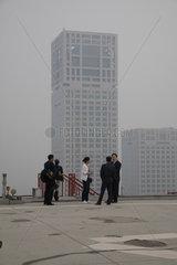 Peking  Geschaeftsleute im Gespraech