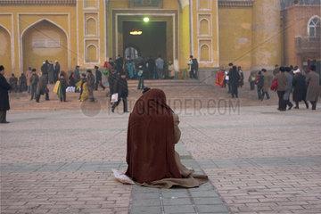 Kashgar  Betender vor Id Kah-Moschee | Kashgar  prayer in front of Id Kah-Mosque