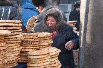 Kashgar  Frau verkauft Brot | Kashgar  woman sell bread