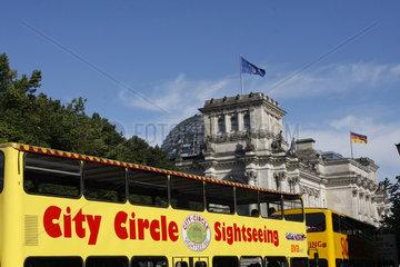 Sightseeing Bus vor dem Reichstag