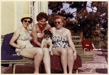 drei Frauen in Bademode  Urlaub  1957