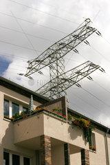 Elektrosmog: Starkstrommasten in einer Wohnsiedlung