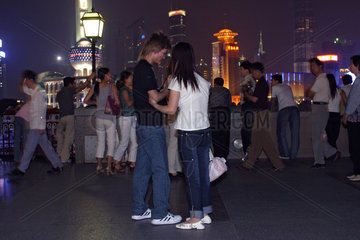 tourists at the bond by night