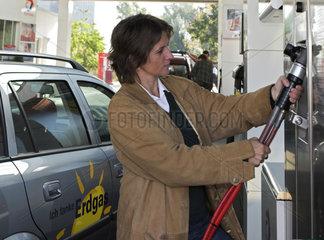 Erdgas tanken an einer Erdgastankstelle