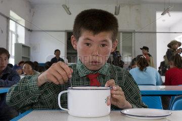 Schueler im Speisesaal eines Internats