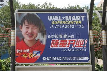 Werbeplakat zu einer Eroeffnung eines Wal Mart Supercenters in Beijing.