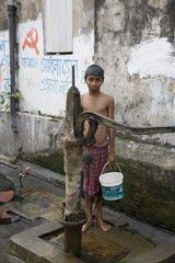 Kalkutta  Ein Junge am Brunnen.
