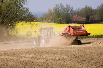 Traktor waehrend der Arbeit in Mecklenburg-Vorpommern
