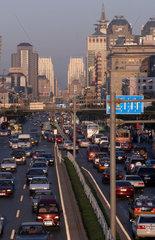 Blick ueber eine Hauptverkehrsstrasse Beijings