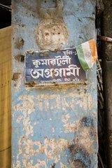 Kalkutta  Schild an einer Saeule.