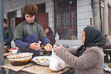 Kuqa (Kuche)  Frau kauft Lebensmittel | Kuqa (Kuche)  woman buys foodstuffs