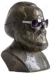 alte Karl-Marx-Bueste von 1969  Humor  Sonnenbrille
