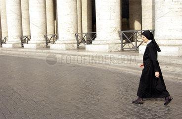 Nonne auf dem Petersplatz