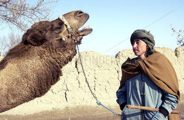 Mann mit Kamel in Kunduz
