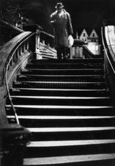 Mann auf der alten Bahnhofstreppe